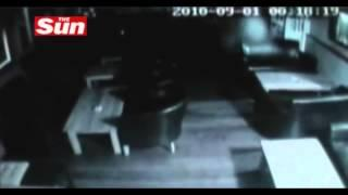Fantasma sale por ventana de un bar