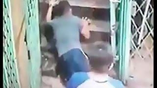 Cámara de seguridad muestra una fuerza sobrenatural tirando a las transeúntes por unas escaleras