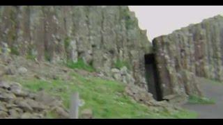 Puerta a la tierra hueca capturada en video en acantilado de Irlanda.
