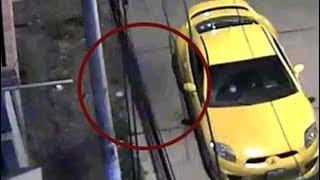 Una cámara de seguridad capta una misteriosa silueta oscura en una calle de Perú el día de Navidad