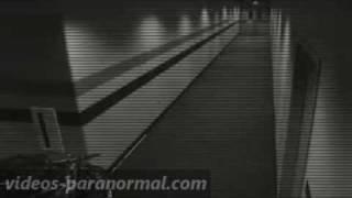 Fantôme filmé par une caméra de surveillance dans un hall