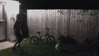 SLENDERMAN Stalking Kids Caught On Camera SCARY ! 森林暗鬼盯梢孩子风行照相机吓人!
