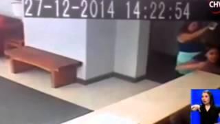 """Cámaras de seguridad de un edificio graban un """"ente paranormal"""" empujando a una mujer"""