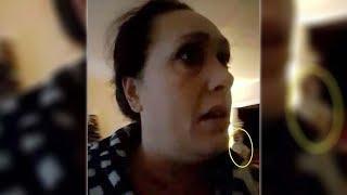 Una mujer ve una figura paranormal mientras habla a través de videollamada con su amiga
