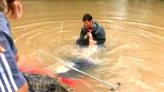 Man Rescue's woman and her dog from sinking car at last second!