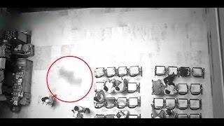 Una cámara de seguridad capta una sombra oscura siguiendo a una mujer en una sala de espera