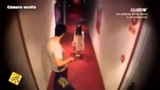 Niña de El Aro broma en un hotel