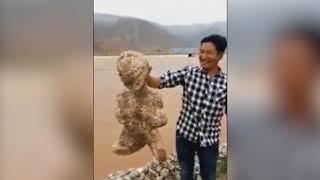 Hallan una extraña criatura humanoide en una playa de China