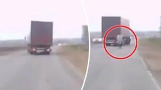 Cámara de un coche graba el momento en que un hombre aparece de la nada en una carretera de Rusia