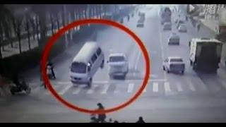 Cámaras de seguridad muestran como unos vehículos levitan inexplicablemente en una calle de China