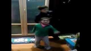Niños bailando funketon - efecto pasillo